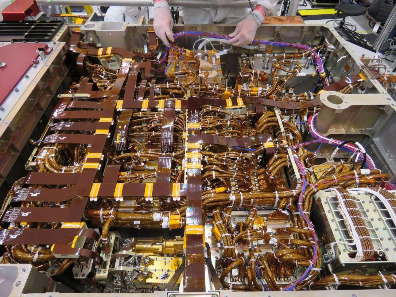 Tα όργανα και τα εργαστήρια. Στις εγκαταστάσεις του Εργαστηρίου Αεριώθησης της NASA έγινε η τοποθέτηση στο ρόβερ διαφόρων οργάνων και εργαστηρίων, όπως οι κάμερες και το Mars Oxygen In-Situ Resource Utilization Experiment, ένα σύστημα εξαγωγής οξυγόνου από το διοξείδιο του άνθρακα που αφθονεί στην αρειανή ατμόσφαιρα. Η δυνατότητα παραγωγής οξυγόνου θα είναι απαραίτητη για την παρουσία του ανθρώπου στον Αρη