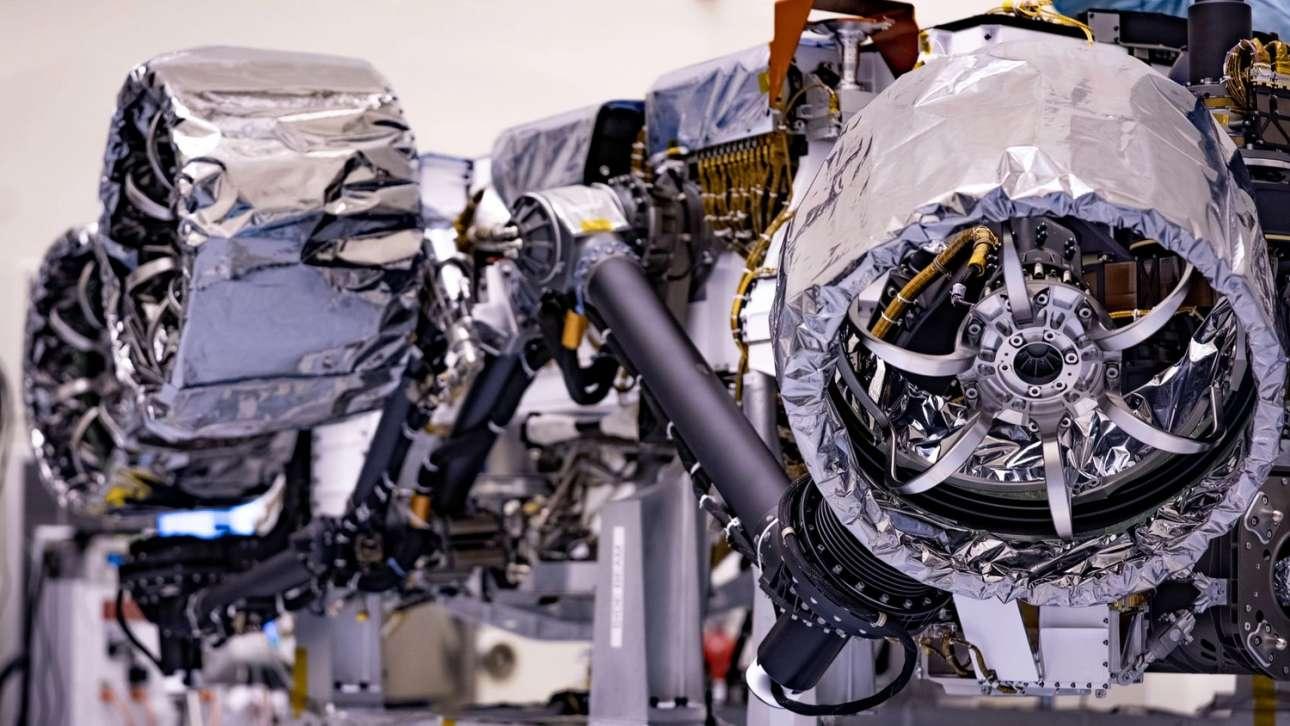 Οι τροχοί. Μία εικόνα από τη διαδικασία τοποθέτησης στο ρομπότ των τροχών του, η οποία έγινε στο διαστημικό κέντρο Κένεντι στη Φλόριντα