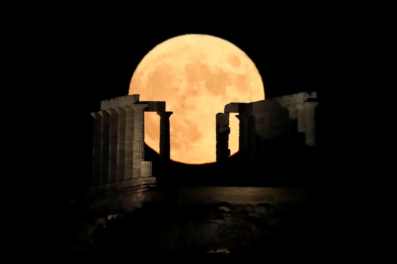 Ενα γιγάντιο φεγγάρι ξεπροβάλλει πίσω από τον ναό του Ποσειδώνα στο Σούνιο