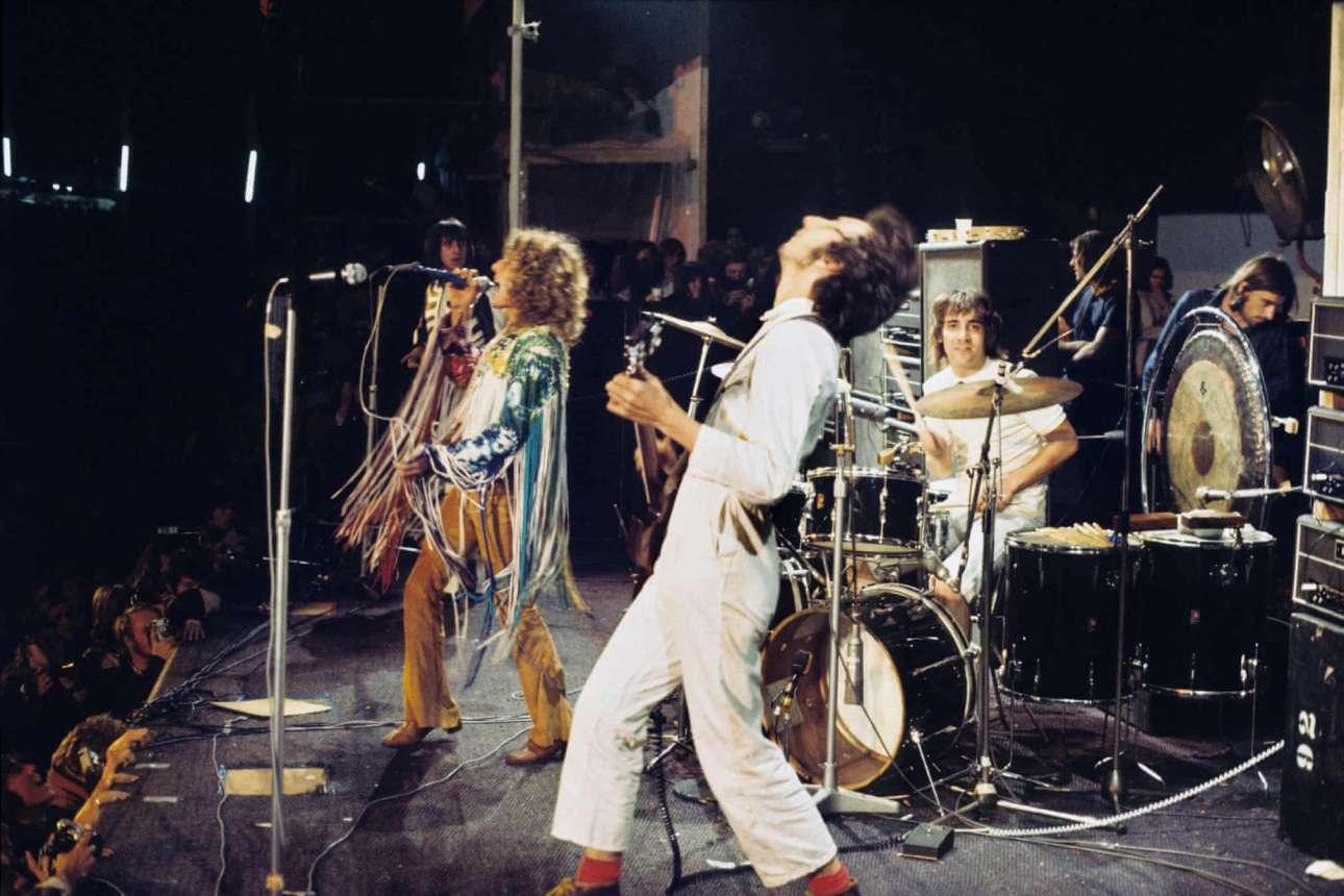 Ο κιθαρίστας των «The Who», Πίτερ Τάουνσεντ, ντυμένος με μία λευκή φόρμα εργασίας, που όπως αναφέρει ο Γκάι Πορτέλι, ταίριαζε πολύ περισσότερο με τα ιδεολογικά, αντικαπιταλιστικά, πιστεύω του, από ότι ο πλούτος που η μπάντα και ιδιαίτερα ο ίδιος ο Τάουνσεντ είχαν αρχίσει να συσσωρεύουν