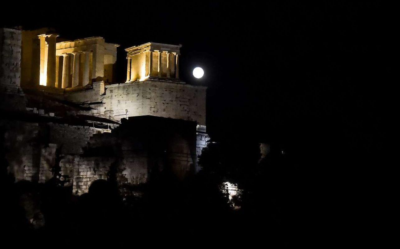 Σαν προβολέας, το φεγγάρι, πίσω από την Ακρόπολη