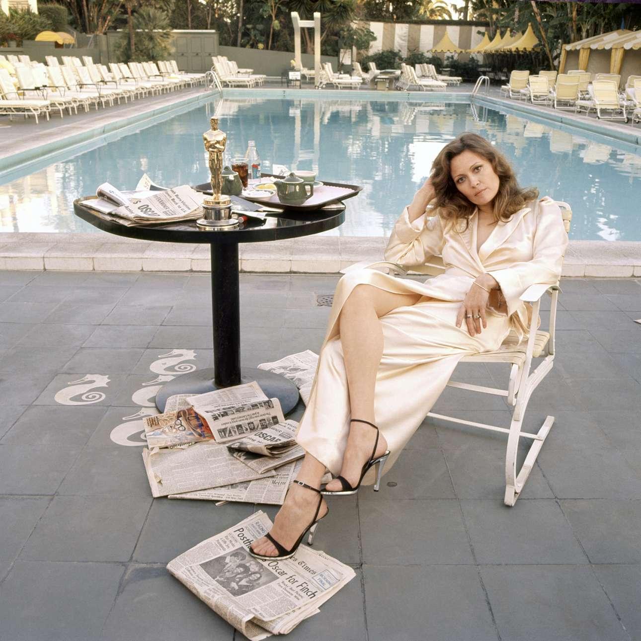 """Η Φέι Ντάναγουεϊ, το πρωί μετά τη νίκη της στα Οσκαρ, Μάρτιος 1977:  «Ενα από τα περιοδικά μού ζήτησε να βγάλω μια φωτογραφία της βραβευμένης με το Οσκαρ Καλύτερης Ηθοποιού… Δεν ήθελα να τραβήξω τη φωτογραφία που θα τραβούσαν όλοι οι άλλοι: ξέρετε, αυτή αμέσως μετά, όταν φαίνονται έκπληκτα χαρούμενοι κρατώντας το νέο λαμπερό τους Οσκαρ. Ηθελα να τη """"συλλάβω"""" το επόμενο πρωί. Εξήγησα την ιδέα στη Φέι και της είπα, """"άκου, αν κερδίσεις, συνάντησέ με δίπλα στην πισίνα την αυγή. Και φέρε το Οσκαρ"""". Εμενε στο ξενοδοχείο Beverly Hills και ήξερα τον άντρα που δούλευε στην πισίνα. Τον ζήτησα να μας αφήσει για λίγα λεπτά μόνους. Τα είχα όλα έτοιμα όταν εμφανίστηκε ξαφνικά, με τη ρόμπα της και Οσκαρ στο χέρι. Είμαστε μόνο εμείς. Δεν υπήρχαν στυλίστες ή PR, ούτε φωτισμός ή βοηθοί. Και χρειάστηκαν μόνο λίγα λεπτά. Λίγα χρόνια αργότερα, την παντρεύτηκα. Επειτα από λίγα χρόνια χωρίσαμε»"""