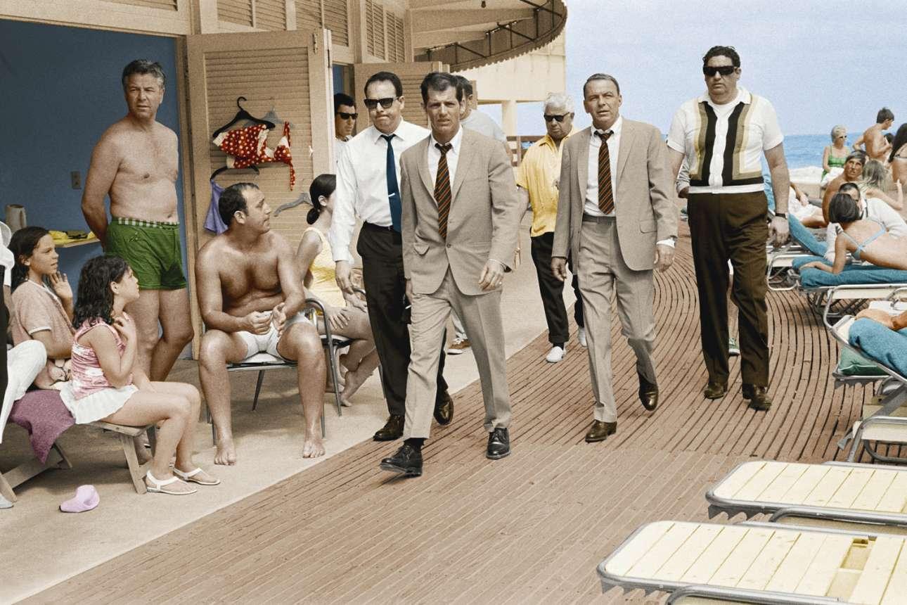 Φρανκ Σινάτρα, παραθαλάσσιος περίπατος στο Μαϊάμι, 1968: Η λήψη ήταν ασπρόμαυρη κατά τη διάρκεια των γυρισμάτων της ταινίας «Στα ίχνη ενός εγκλήματος» του 1968, οπότε συναντήθηκαν για πρώτη φορά ο Τέρι Ο'Νιλ με τον Φρανκ Σινάτρα και τότε άρχισε η επαγγελματική σχέση τους, που θα διαρκούσε σχεδόν 30 χρόνια. Αργότερα, σε συνεργασία με τη Μαριόνα Βιλαρός επιχρωμάτισαν ψηφιακά την εικόνα. «Ο Φρανκ μού επέτρεψε να γίνω καλύτερος φωτογράφος, αφήνοντάς με απλώς να κάνω τη δουλειά μου. Ηταν πραγματική τιμή να δουλέψω μαζί του, προνόμιο», έχει πει ο Ο'Νιλ