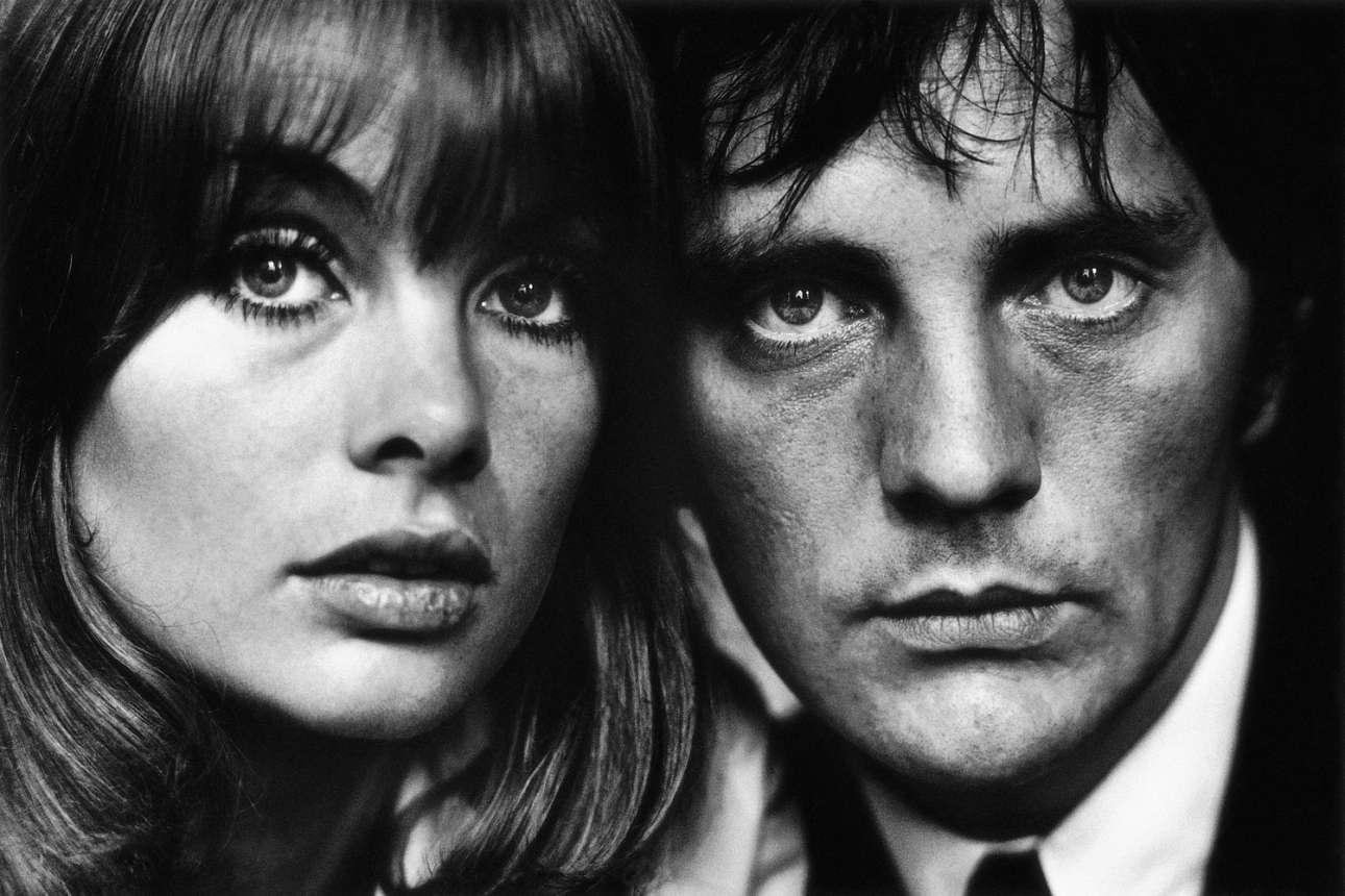 """Τζιν Σρίμπτον και Τέρενς Σταμπ, Λονδίνο 1964: Ο Σταμπ ζούσε στο «The Albany», συγκρότημα με ιδιωτικές κατοικίες διασήμων, πλάι στο Πικαντίλι. «Η ιδέα ήταν να δείξουμε """"τα πρόσωπα των '60s"""". Εκανα αυτό το πλάνο το 1963 ή το 1964, στο αποκορύφωμα της φήμης τους. Η Τζιν ήταν στα εξώφυλλα σχεδόν όλων των περιοδικών και ο Τέρενς έπαιξε καθοριστικό ρόλο στο νέο κύμα του βρετανικού κινηματογράφου. Ηταν ένα φανταστικό ζευγάρι. Με τον Στάμπι ξαναβρεθήκαμε μόλις πριν από λίγα χρόνια σε ένα λεωφορείο. Εφυγε από το Λονδίνο στα τέλη της δεκαετίας του 1960, γιατί –όπως λένε κάποιοι– εκείνη του ράγισε την καρδιά. Μερικά χρόνια αργότερα, η Σρίμπτον εγκατέλειψε το μόντελινγκ και πλέον ζει ήσυχα κάπου παραλιακά, έμαθα»"""