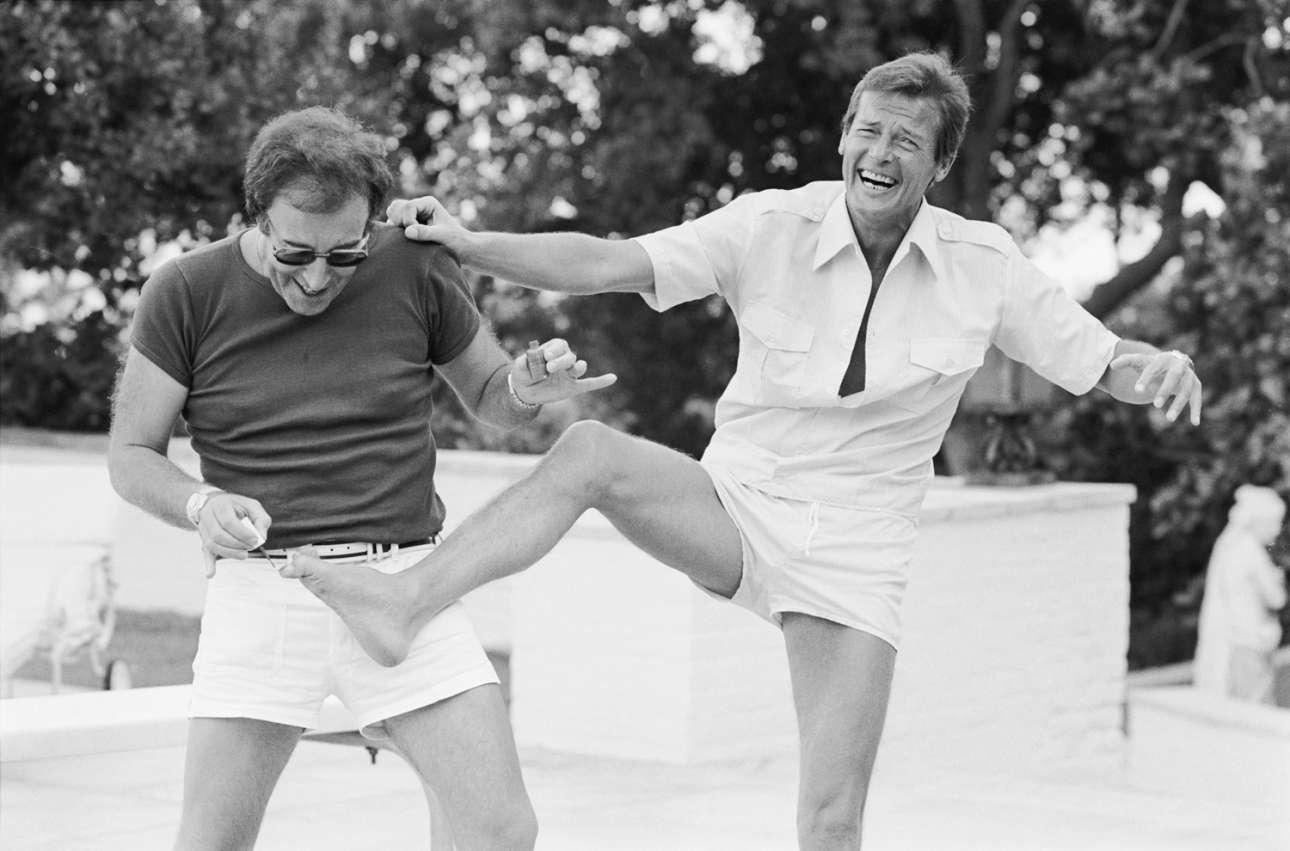 Πίτερ Σέλερς και Ρότζερ Μουρ, Μπέβερλι Χιλς, 1970:  «Ο Πίτερ Σέλερς ήταν ένας πολύ περίπλοκος άνθρωπος. Τον ήξερα πολύ καλά σε όλη τη διάρκεια της ζωής του και ήμουν μαζί του στα πάνω και στα κάτω της καριέρας του, καθώς και στα πάνω και τα κάτω διαφόρων σχέσεων. Ηταν καλός φίλος μου. Ποτέ δεν πίστεψε εντελώς στον εαυτό του και στο ταλέντο του. Ηταν ταλαντούχος ηθοποιός, κωμικός, συγγραφέας και τραγουδιστής, καθώς και πολύ καλός φωτογράφος. Η αμοιβαία αγάπη μας για τη φωτογραφία ήταν αυτό που μας έδεσε στην αρχή. Πάντα αγόραζε τα νέα μοντέλα των φωτογραφικών μηχανών»
