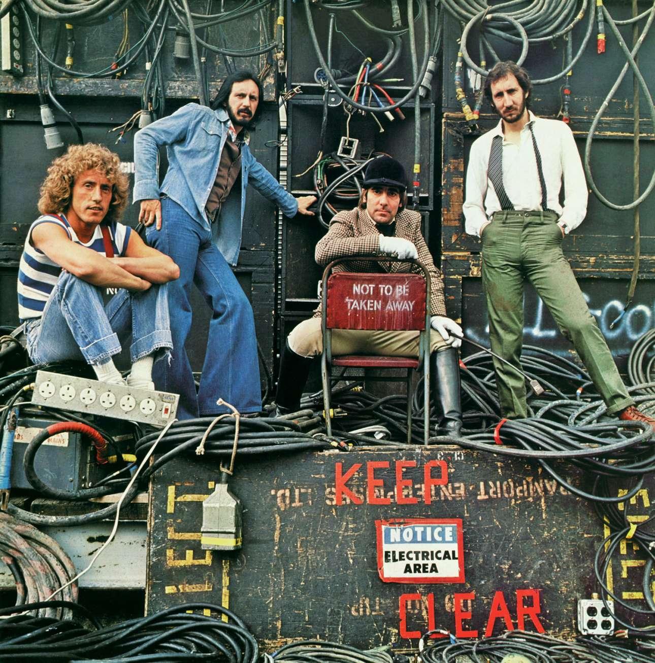 """The Who, Shepperton Studios, 1978: «Φωτογράφισα το συγκρότημα για το άλμπουμ τους «Who Are You» το 1978, στο κινηματογραφικό στούντιο Shepperton έξω από το Λονδίνο, γιατί ήθελα να έχω μια αίσθηση από παρασκήνια περιοδείας με διάφορα κουτιά και εξοπλισμό. Καθώς σκουπίζαμε τον χώρο του στούντιο, βρήκα αυτή την καρέκλα που """"δεν έπρεπε να απομακρυνθεί"""" και είπα στον Κιθ να καθίσει εκεί. Τρεις εβδομάδες μετά την κυκλοφορία του δίσκου, ο Κιθ Μουν πέθανε σε ηλικία 32 ετών από υπερβολική δόση ναρκωτικών. Ο Τύπος και πολλοί κριτικοί ανέφεραν την ειρωνεία του πράγματος. Με τον Κιθ στο κέντρο της φωτογραφίας σε αυτήν την καρέκλα με την ένδειξη """"Να μην απομακρυνθεί"""", ποιος θα μπορούσε να μαντέψει ότι αυτό θα συνέβαινε λίγες εβδομάδες αργότερα;»"""