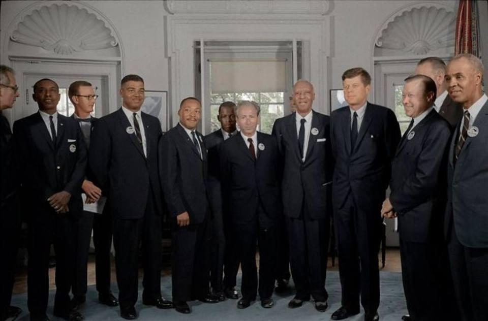 Ο Μάρτιν Λούθερ Κινγκ (τέταρτος από αριστερά) συναντάει τον 35ο Πρόεδρο των ΗΠΑ Τζον Κένεντι (τρίτος από δεξιά)