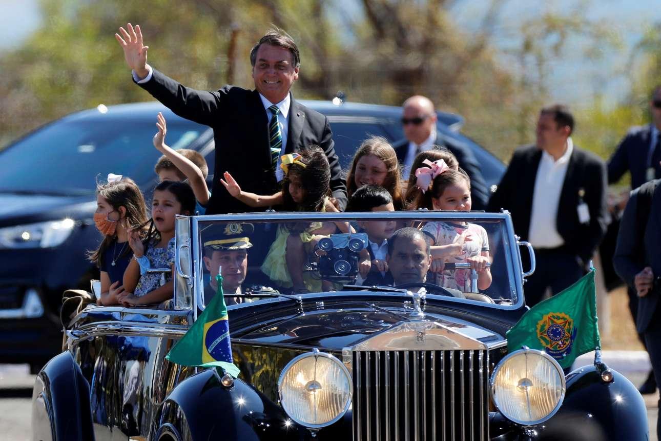 Η Rolls-Royce έχει ένα βασικό προτέρημα: δεν μπαίνει ποτέ της στις φαβέλες με τα πισσόχαρτα και τους τσίγκους, επειδή βρίσκει στο πλάι και «κολλάει» στα στενά που χωρίζουν τη μία παράγκα από την άλλη. Ετσι ο πρόεδρος της Βραζιλίας Ζαΐρ Μπολσονάρο δεν έχει να φοβάται τίποτα όταν επιβαίνει σε αυτή