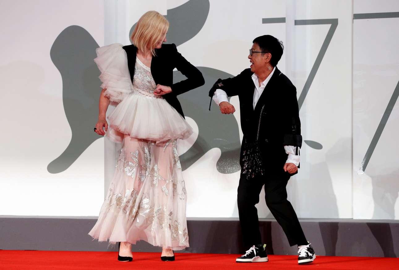 Στιγμιότυπο από τις γραφικές κοσμικότητες του 77ου Φεστιβάλ Κινηματογράφου της Βενετίας: η λεζάντα του πρακτορείου μάς πληροφορεί ότι η ηθοποιός Κέιτ Μπλάνσετ ανταλλάσσει κορονοϊκή χειραψία (άγγιγμα αγκώνων) με τη σκηνοθέτρια Αν Χούι