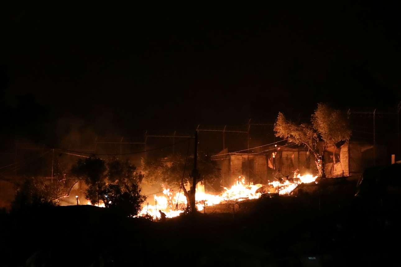 Ο καταυλισμός παραδόθηκε στις φλόγες λόγω και των ισχυρών ανέμων που έπνεαν στην περιοχή