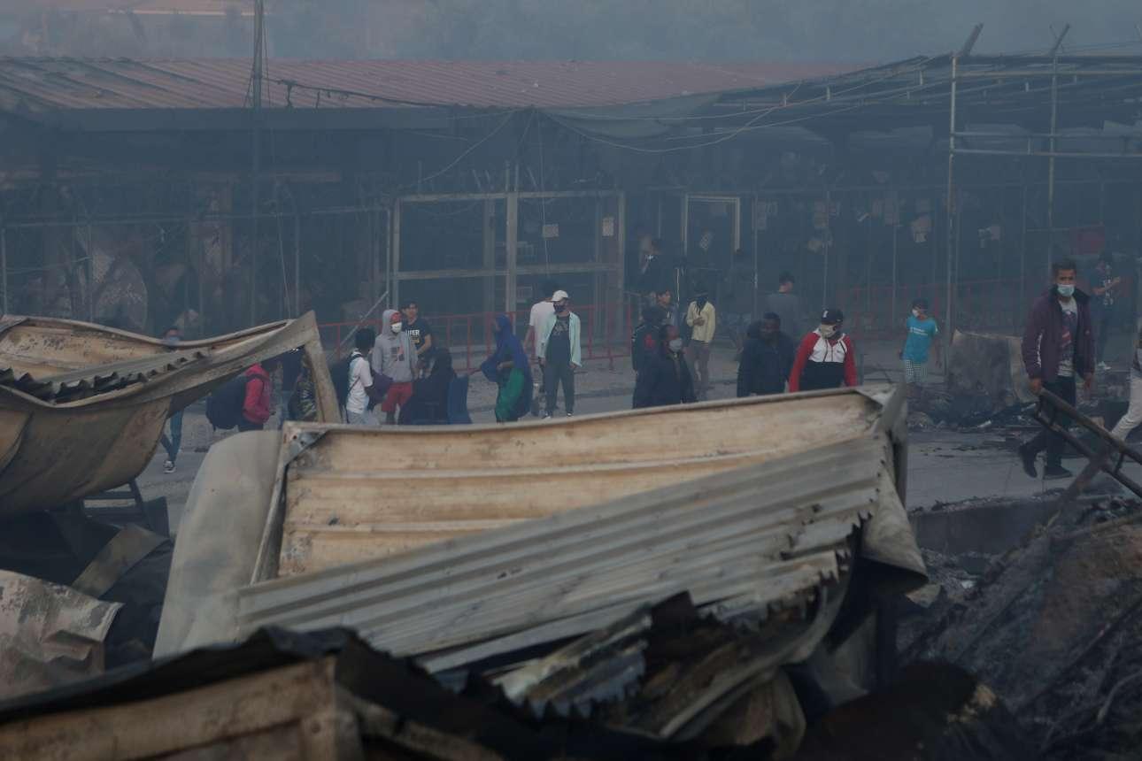 Πρωί Τετάρτης. Οι πρόσφυγες και οι μετανάστες αντιμέτωποι με το σκηνικό της καταστροφής
