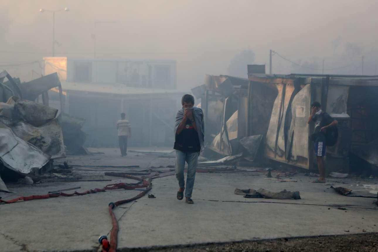 Ξημέρωμα Τετάρτης, η ατμόσφαιρα στον κατεστραμμένο καταυλισμό πνιγηρή. Αυτοί οι άνθρωποι έχασαν σε μια νύχτα το όποιο βιος τους...