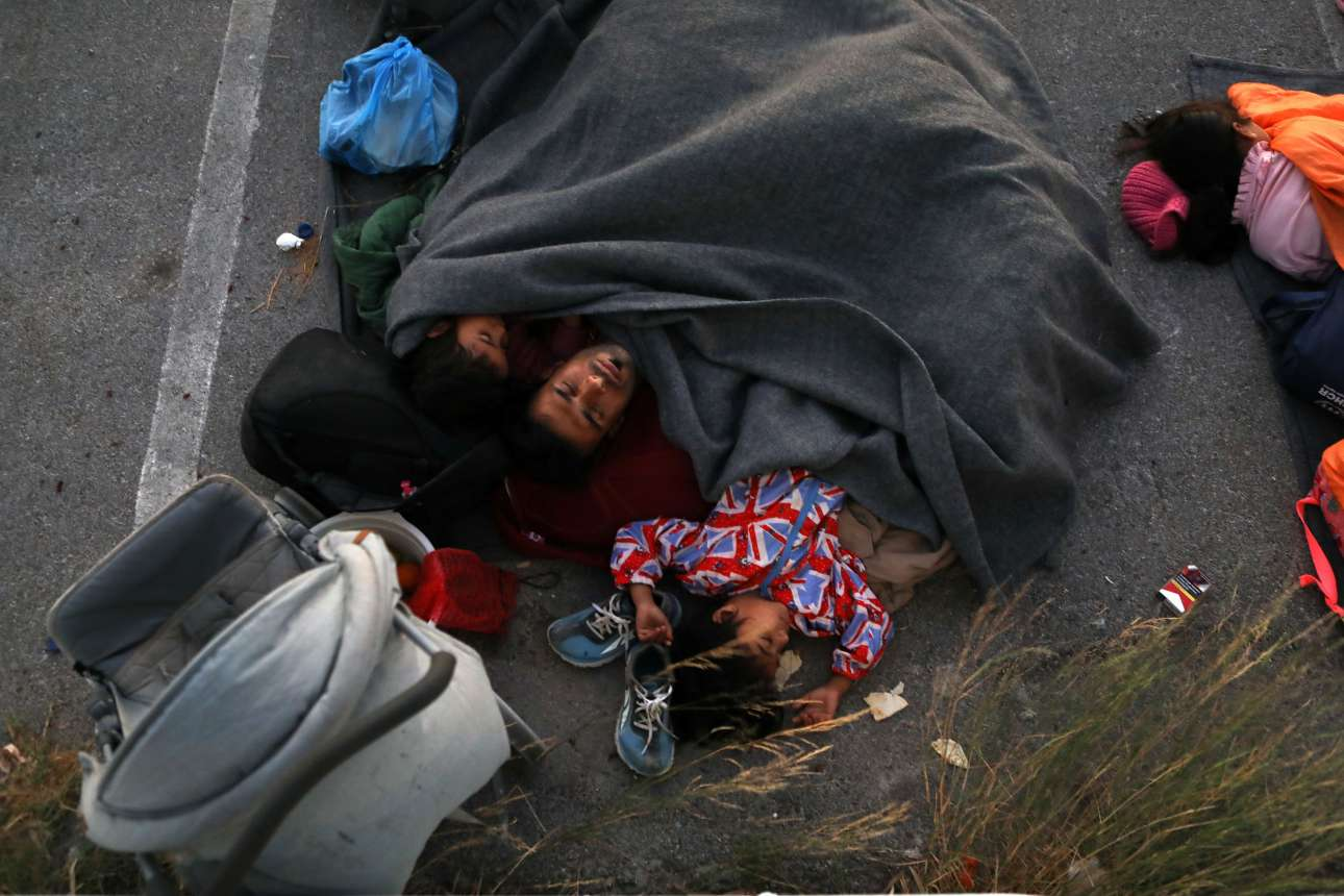 Ο μπαμπάς και τα παιδιά κοιμούνται σε ένα υπαίθριο πάρκινγκ, αφού έφυγαν από τον καταυλισμό