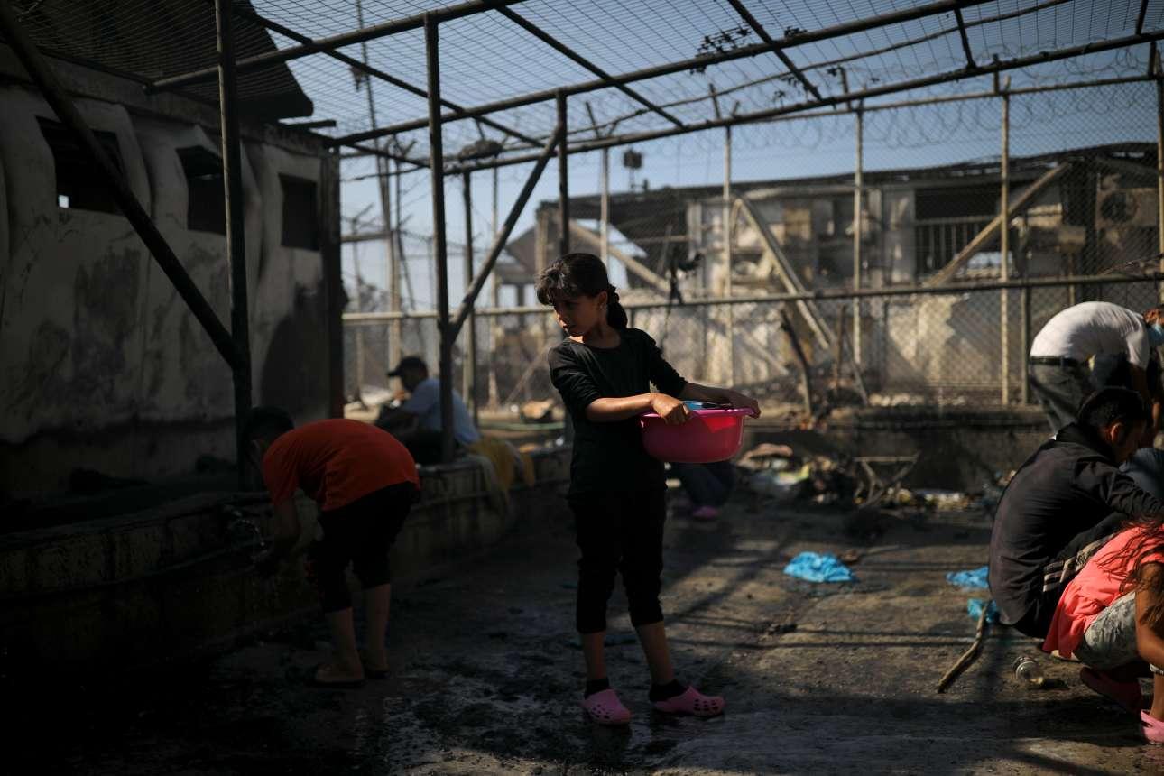 Το πρωί της Τετάρτης βρήκε τους πρόσφυγες και τους μετανάστες να μετρούν τα λιγοστά υπάρχοντά τους