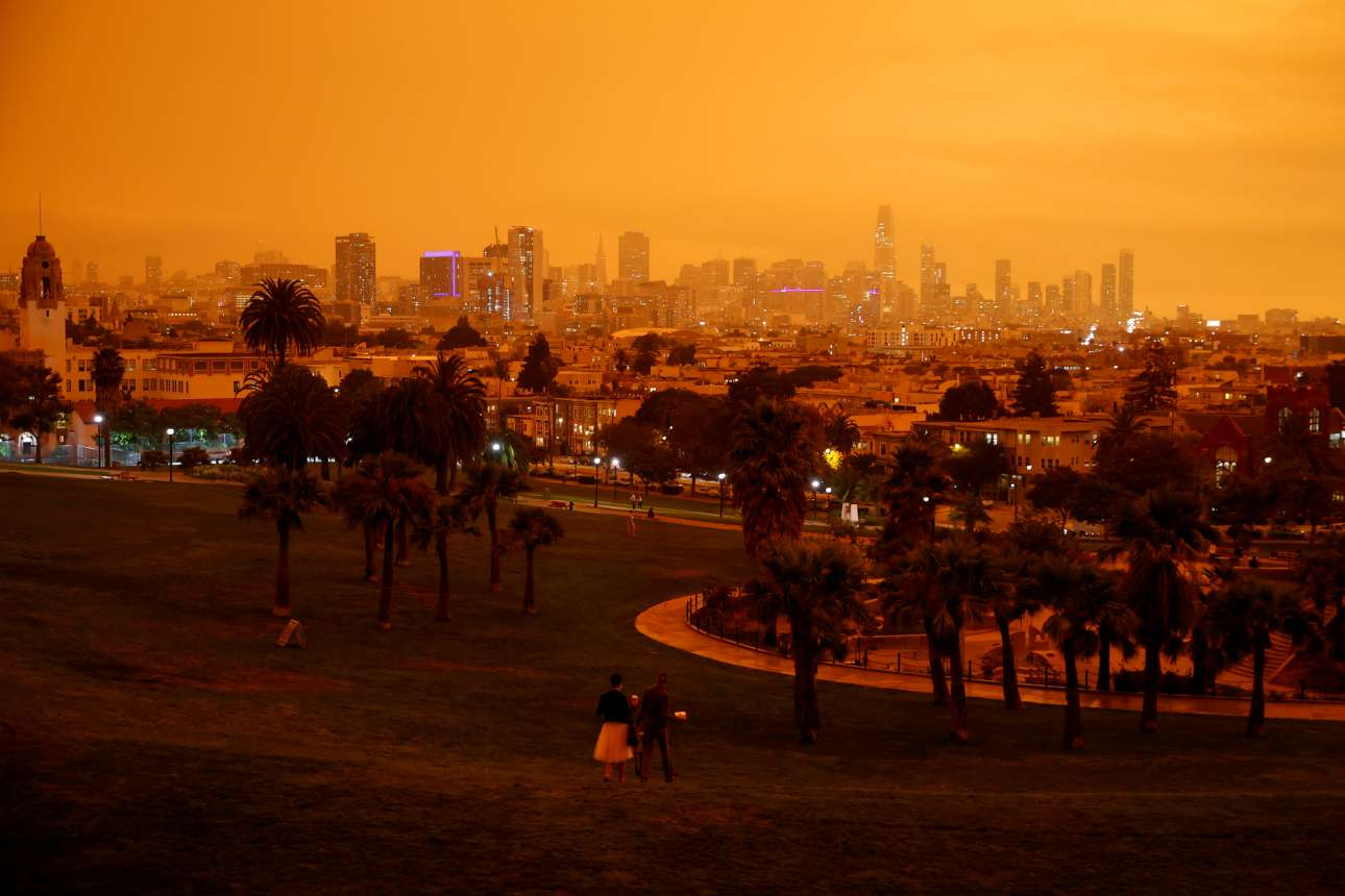 Ο καπνός από τις μεγάλες φωτιές στην πολιτεία προκάλεσε το πορτοκαλί χρώμα του ουρανού, εξήγησαν οι ειδικοί