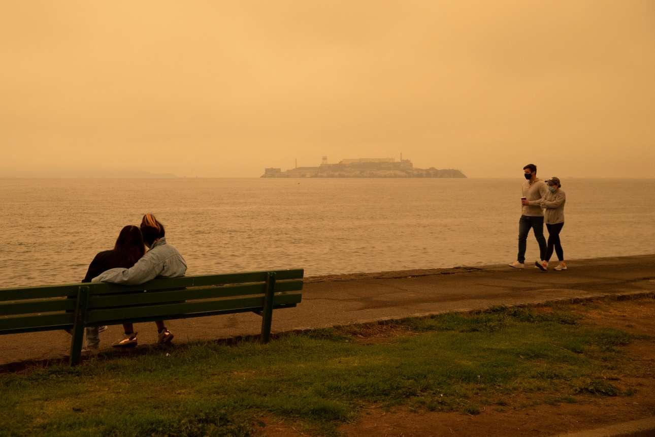 Ενα ζευγάρι αγναντεύει τη θάλασσα, άλλο ένα περπατά και στο βάθος το νησάκι των φυλακών του Αλκατράζ πιο απειλητικό παρά ποτέ