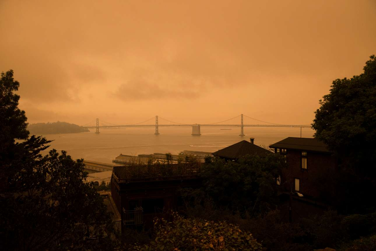 Ο πυκνός καπνός περιόρισε στο ελάχιστο την ορατότητα. Στο βάθος η Golden Gate Bridge