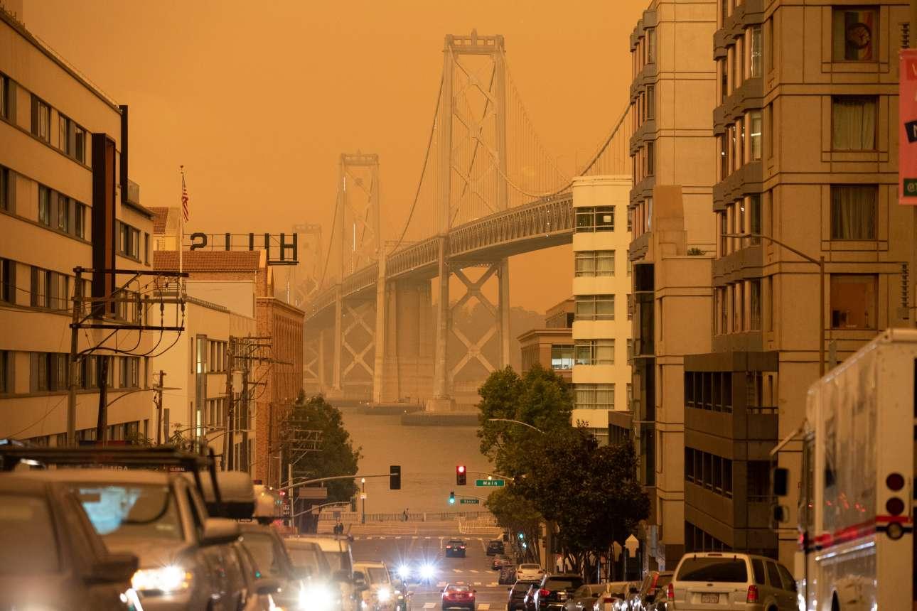 Μέσα σε έναν πορτοκαλί ουρανό, η γέφυρα Golden Gate του Σαν Φρανσίσκο