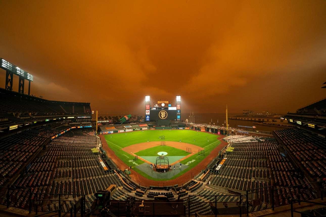 Σκοτεινός ο ουρανός στο Ορακλ Παρκ πριν από τον αγώνα μπέιζμπολ των Σαν Φρανσίσκο Τζάιαντς με τους Σιάτλ Μάρινερς