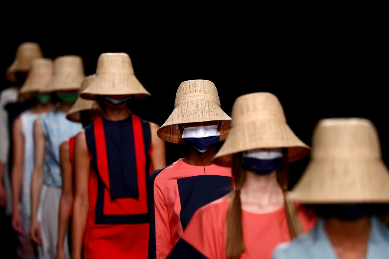 Μανεκέν είν' τούτα ή πορτατίφ δαπέδου με καμένες λάμπες; Μοντέλα είναι τα κορίτσια και παρουσιάζουν δημιουργίες υψηλής γυναικείας μόδας στη σχετική «εβδομάδα» της Mercedes Benz, μία διοργάνωση που έλαβε χώρα στην Ισπανία
