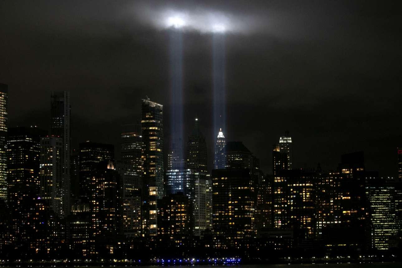 Οι φωτοστήλες του Μανχάταν θυμίζουν ότι στις 11 Σεπτεμβρίου του 2001 η Νέα Υόρκη δέχθηκε μία επίθεση που μέχρι τότε θεωρούνταν αρρωστημένη φαντασία, φρίκη βγαλμένη από χολιγουντιανό σενάριο με τρομοκρατική πλοκή