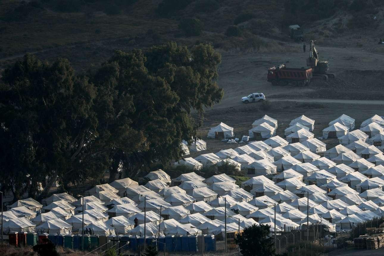 Η επόμενη μέρα στη Λέσβο. Το ξημέρωμα της Κυριακής 13 Σεπτεμβρίου βρίσκει αμέτρητες σκηνές να έχουν τοποθετηθεί στο Κάρα Τεπέ για να φιλοξενήσουν όσους πρόσφυγες και μετανάστες έμειναν άστεγοι μετά την πυρκαγιά στο ΚΥΤ της Μόριας