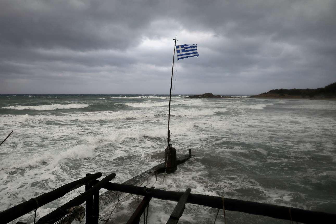 Η θάλασσα κατάπιε την ακτή στην Κυλλήνη