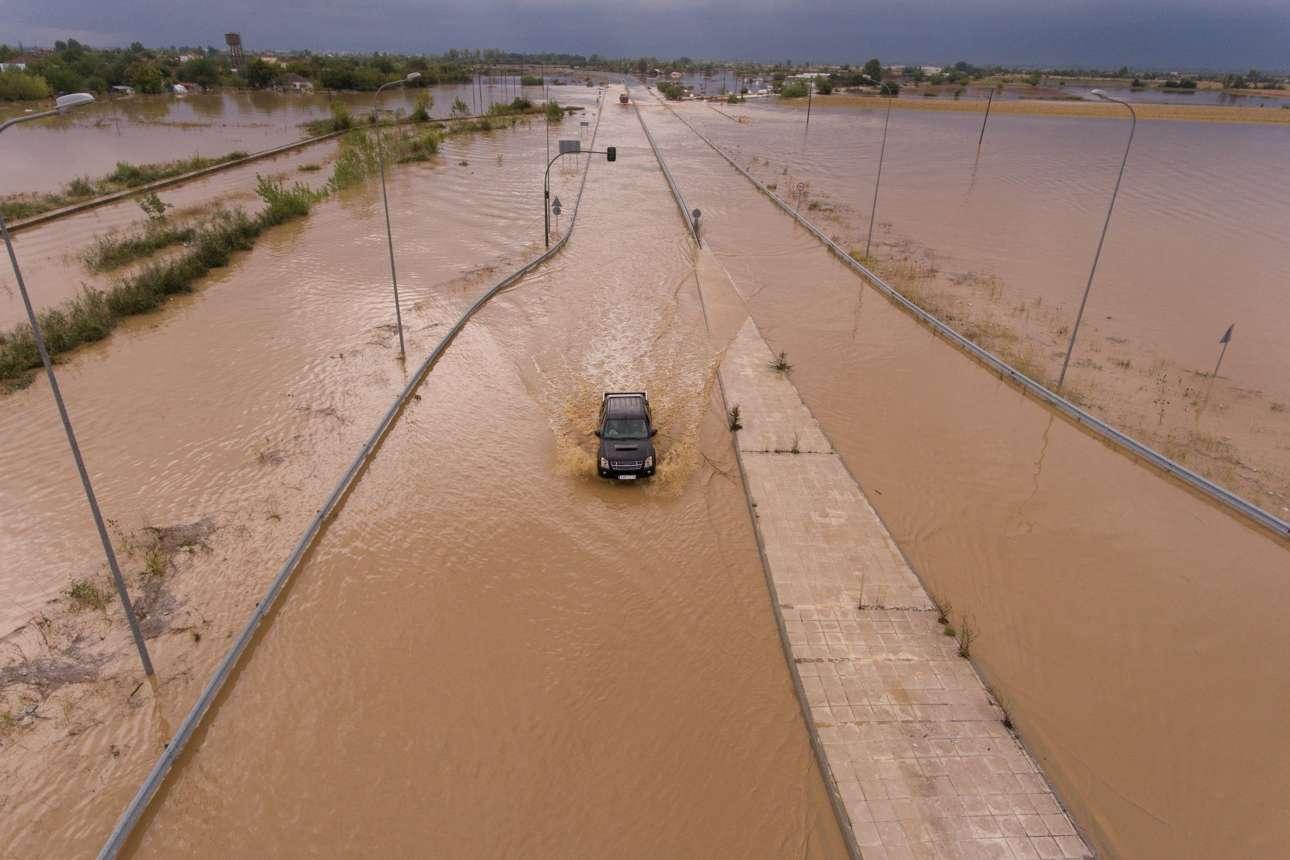 Ένα SUV προσπαθεί να διασχίσει πλημμυρισμένο επαρχιακό δρόμο κοντά στο Αρτεσιανό Καρδίτσας
