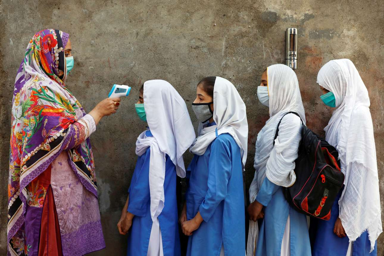 Πακιστάν. Στη μουσουλμανική χώρας της Ασίας που διαθέτει πυρηνικά όπλα το μέτωπο των μαθητριών είναι ευτυχώς ακάλυπτο, έτσι η δασκάλα τους δύναται να τις θερμομετρήσει για κορονοϊκό πυρετό προτού εισέλθουν όλες τους στην τάξη
