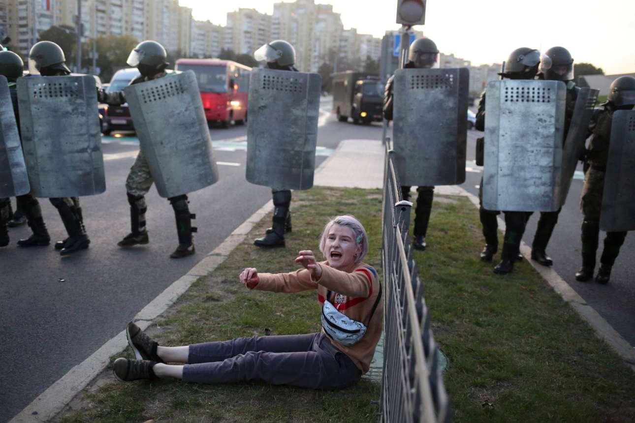 Μινσκ. Στιγμιότυπο από διαδήλωση κατά του «τελευταίου δικτάτορα της Ευρώπης» Λουκασένκο: η κοπέλα δείχνει να ζητάει βοήθεια κοιτώντας προς την πλευρά του πλήθους, καθώς πίσω της είναι παρατεταγμένοι άνδρες των δυνάμεων καταστολής