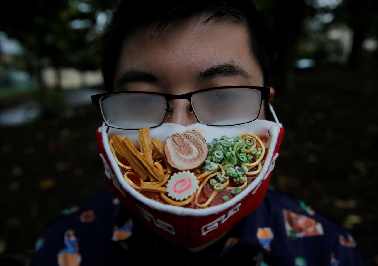 Γιοκοχάμα. Τα γυαλιά του ιάπωνα σχεδιαστή Τακαχίρο Σιμπάτα θολώνουν από την… αχνιστή μάσκα του που υποτίθεται ότι προσομοιάζει με μπολ για απωανατολίτικο μινεστρόνε