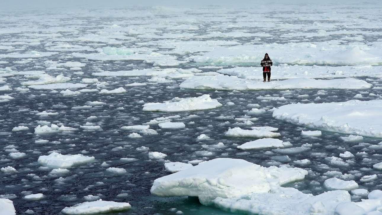 Αρκτικός Ωκεανός. Η ακτιβίστρια Μία-Ρόουζ Κρέιγκ ίσα που διακρίνεται μέσα στην απεραντοσύνη του πάγου, όμως στα χέρια της κρατάει –για να τη δούμε–πινακίδα που προπαγανδίζει την «απεργία για το κλίμα» της Γκρέτας. Συνομήλικες είναι, βέβαια