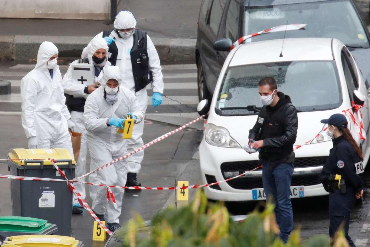 Παρίσι. Στελέχη του Εγκληματολογικού εξετάζουν το σημείο της επίθεσης που έκανε κάποιος με ματσέτα εις βάρος δημοσιογράφων έξω από τα παλιά γραφεία του στοχοποιημένου από τους ισλαμιστές περιοδικού Charlie Hebdo