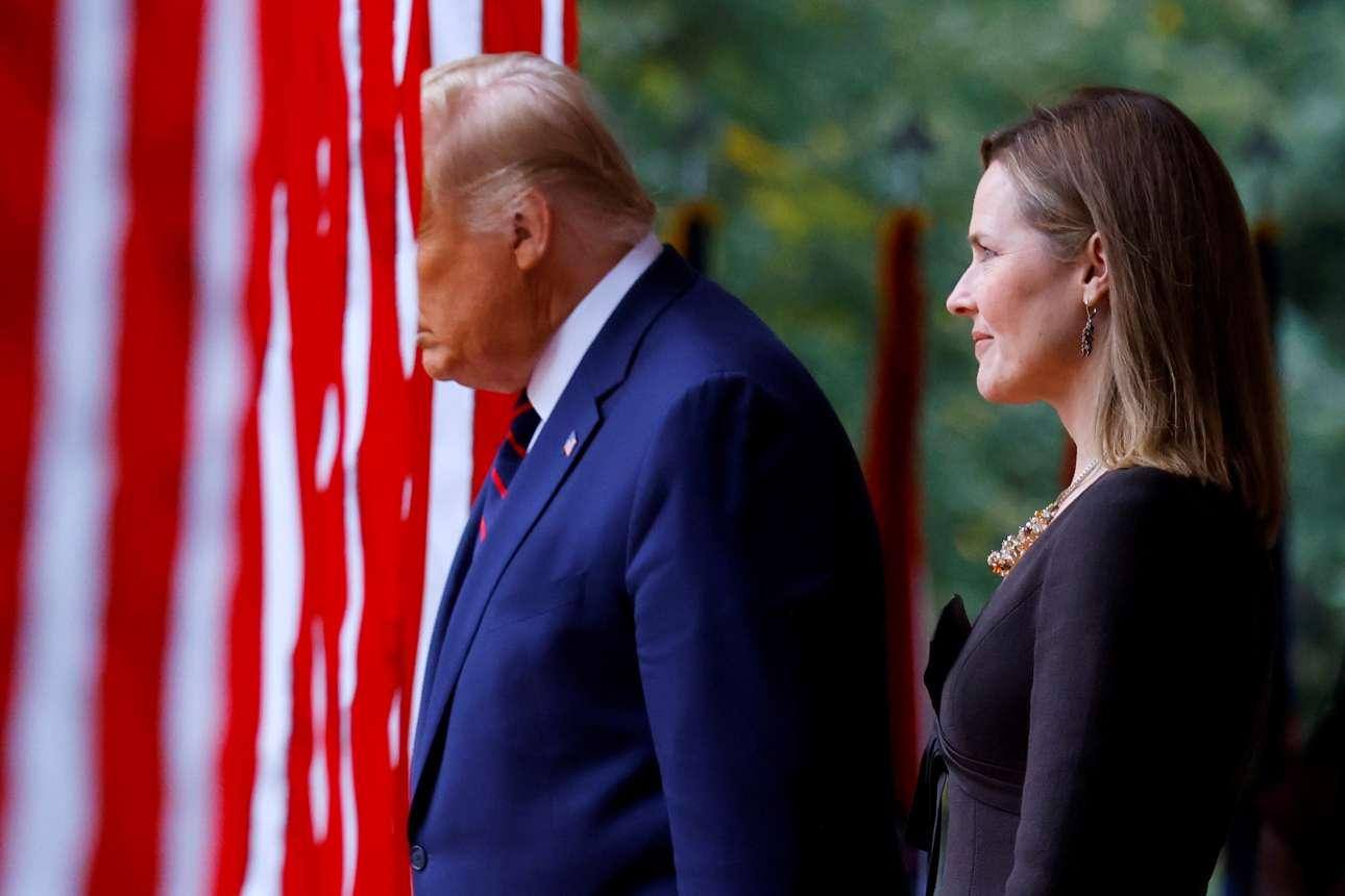 Σάββατο, 26 Σεπτεμβρίου, Ουάσινγκτον. Το πρόσωπο του Ντόναλντ Τραμπ κρύβεται από τις γιγάντιες αμερικανικές σημαίες καθώς η παρουσίαση της Εϊμι Μπάρετ, υποψήφιας διαδόχου της Ρουθ Μπέιντερ Γκίνσμπεργκ στο Ανώτατο Δικαστήριο, μετατράπηκε σε προεκλογικό σόου