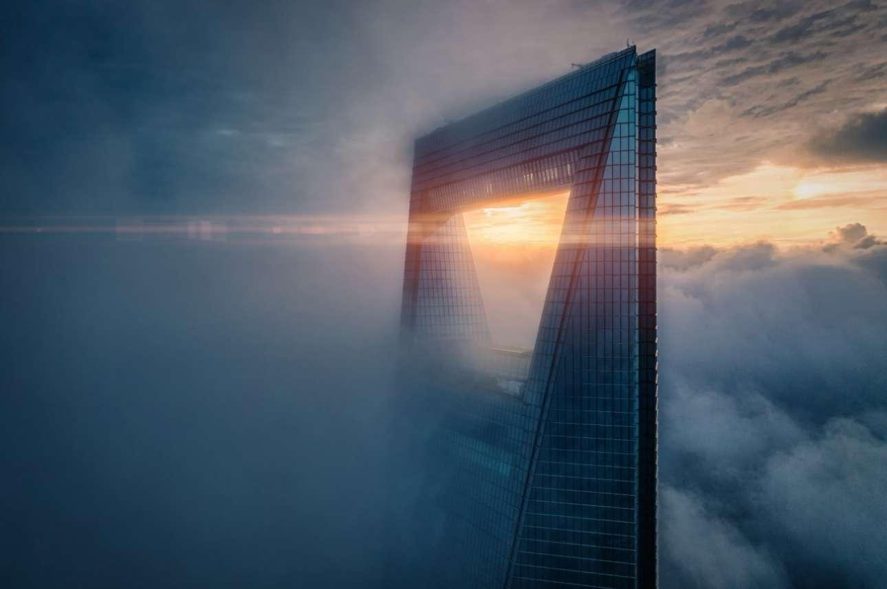 «Ανατολή στην κορυφή»: Ο ήλιος στις 4:30 το πρωί από το δεύτερο ψηλότερο κτiριο στη Σαγκάη, το Shanghai World Financial Center