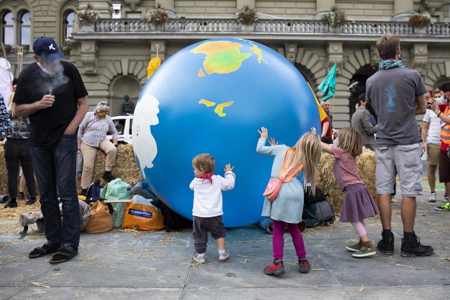 Βέρνη. Κλιματικός ακτιβισμός από μικρούς και μεγάλους και στην Ελβετία στο πλαίσιο των ειρηνικών κινητοποιήσεων οικολογικού χαρακτήρα που τιτλοφορούνται «Εβδομάδα Rise up for Change»