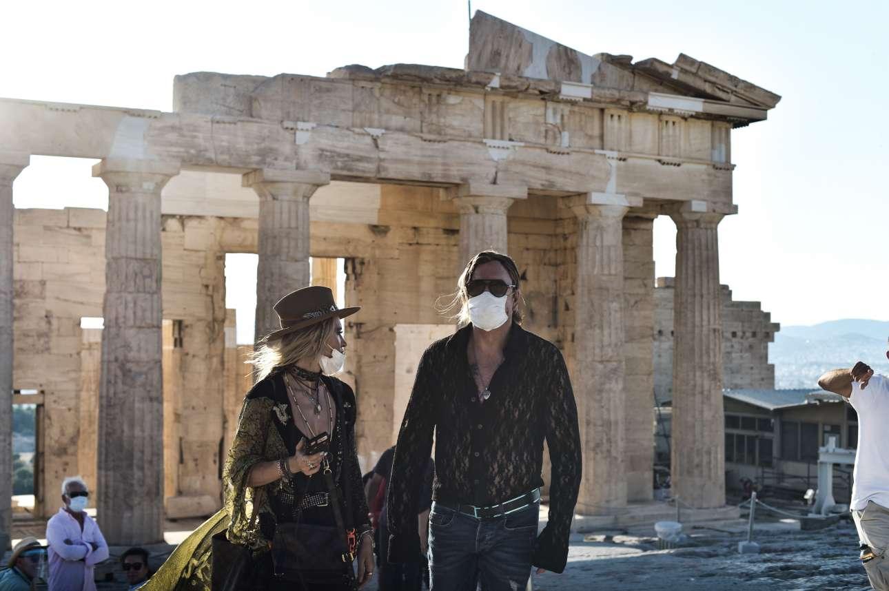 Τι γύρευε ο Μίκι Ρουρκ στην Ακρόπολη; Ε, μια και ήρθε για τα γυρίσματα του φιλμ «Man Of God», στο οποίο θα αρκεστεί σε έναν μικρό και όχι πρωταγωνιστικό ρόλο, πετάχτηκε και «στα αρχαία» μας. Καλά έκανε. Και αφού η ταινία που τον έφερε εδώ αφορά τον Αγιο Νεκτάριο, ε, βοήθειά του κιόλας