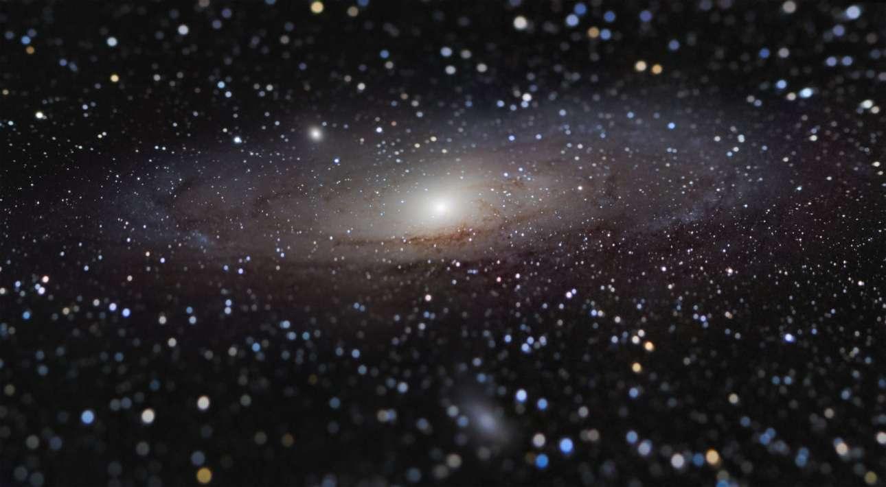 Χρυσό μετάλλιο στην Ανδρομέδα. Καλύτερη φωτογραφία του διαγωνισμού στο σύνολο των κατηγοριών αναδείχτηκε ένα πορτρέτο του γειτονικού μας γαλαξία της Ανδρομέδας, ο οποίος βρίσκεται σε τροχιά σύγκρουσης με τον δικό μας γαλαξία. Η σύγκρουση (ή συγχώνευση) θα δημιουργήσει ένα νέο γαλαξία, ενώ στις περιοχές όπου θα συναντηθούν οι δύο γαλαξίες αναμένεται να υπάρξει μαζική παραγωγή νέων άστρων. Τη φωτογραφία τράβηξε ο γάλλος φωτογράφος Nicolas Lefaudeux και κέρδισε τον θαυμασμό της επιτροπής, αλλά και όσων τη βλέπουν, αφού δείχνει τον γαλαξία της Ανδρομέδας σαν να βρίσκεται σε απόσταση από τον δικό μας γαλαξία περίπου ίδια με αυτή της Σελήνης από τη Γη, ενώ στην πραγματικότητα βρίσκεται σε απόσταση 2,5 εκατ. ετών φωτός μακριά
