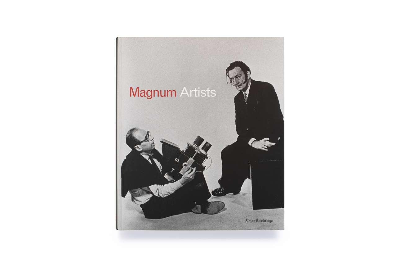 Ο Σαλβαντόρ Νταλί στο εξώφυλλο του βιβλίου «Magnum Artists: Great Photographers Meet Great Artists» («Καλλιτέχνες του Magnum: Μεγάλοι Φωτογράφοι συναντούν Μεγάλους Καλλιτέχνες») των εκδόσεων Laurence King