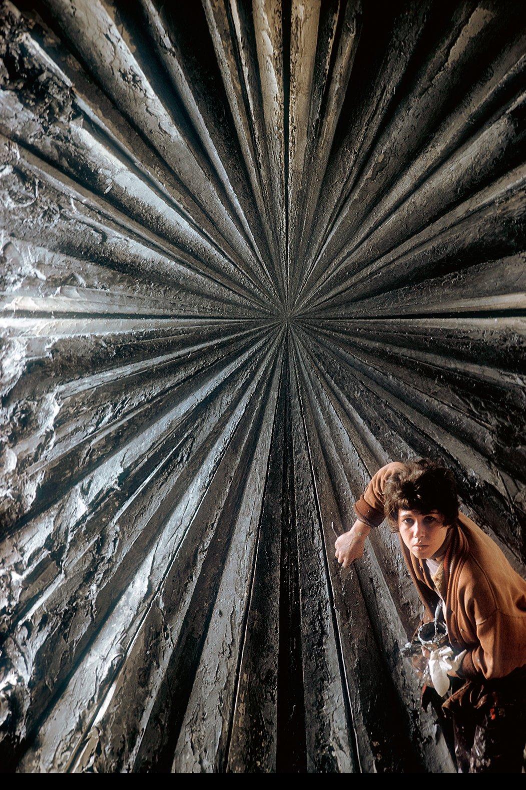 Η εικαστικός Τζέι ντε Φέο φωτογραφισμένη από τον Μπέρτ Μπλιν στο στούντιο της στο Σαν Φρανσίσκο. Η ντε Φέο, που έγινε γνωστή ως εκπρόσωπος της γενιάς των Μπιτ, ποζάρει δίπλα στο έργο της «Το τριαντάφυλλο», το οποίο της πήρε δύο χρόνια για να το τελειώσει