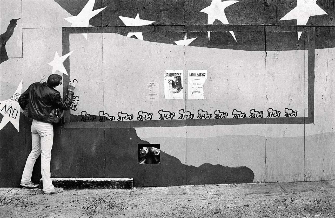 Αλλος ένας γνωστός βιρτουόζος της Ποπ Αρτ, ο Κιθ Χέρινγκ, δημιουργεί τα γνωστά του σκίτσα-γκράφιτι σε τοίχο της Νέας Υόρκης, το 1980