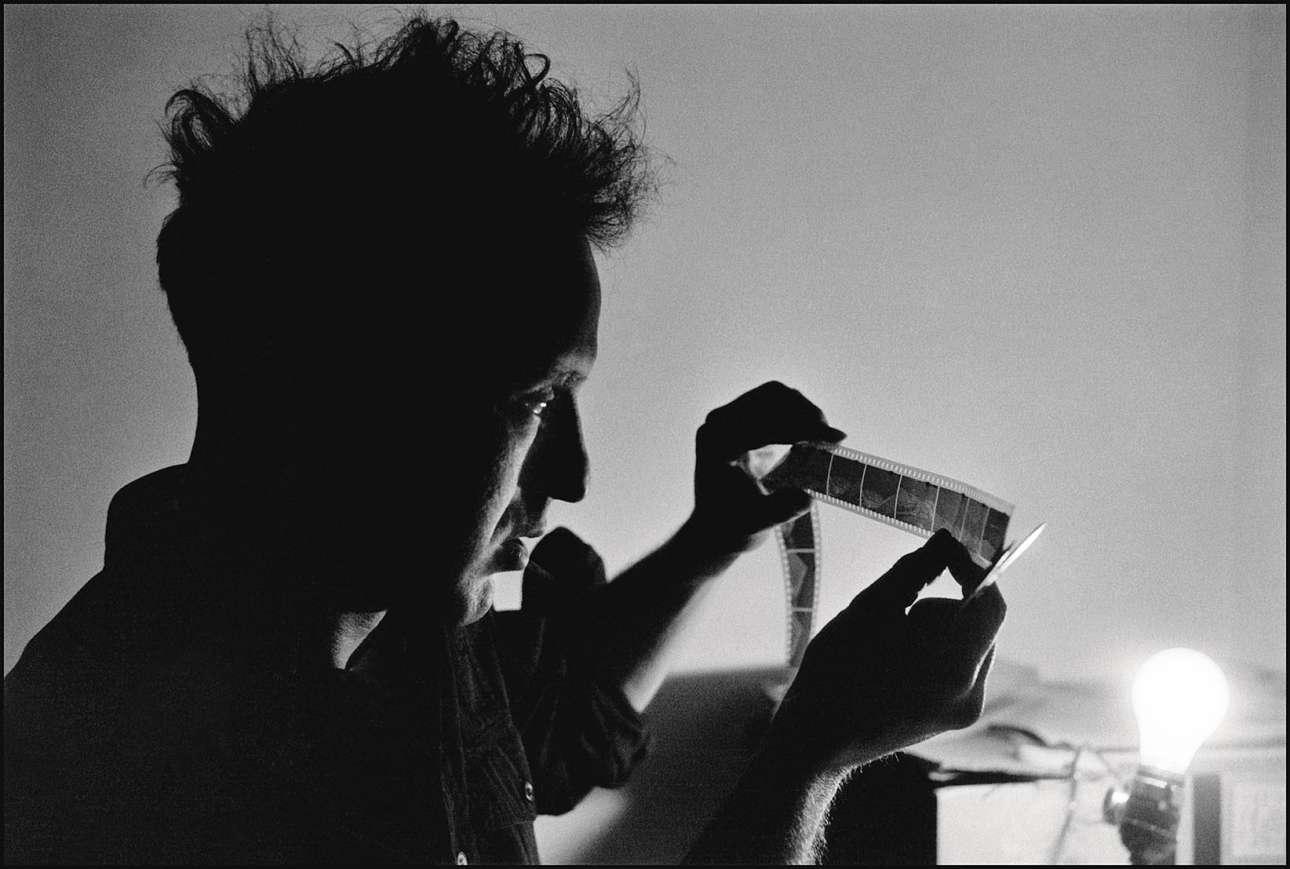 Ο φωτογράφος και ντοκιμαντερίστας Ρόμπερτ Φρανκ, ο οποίος έχει τραβήξει μερικές από τις πιο εμβληματικές εικόνες της αμερικανικής κοινωνίας, απαθανατίζεται τη στιγμή που εξετάζει ένα φιλμ, στην Καλιφόρνια, το 1957
