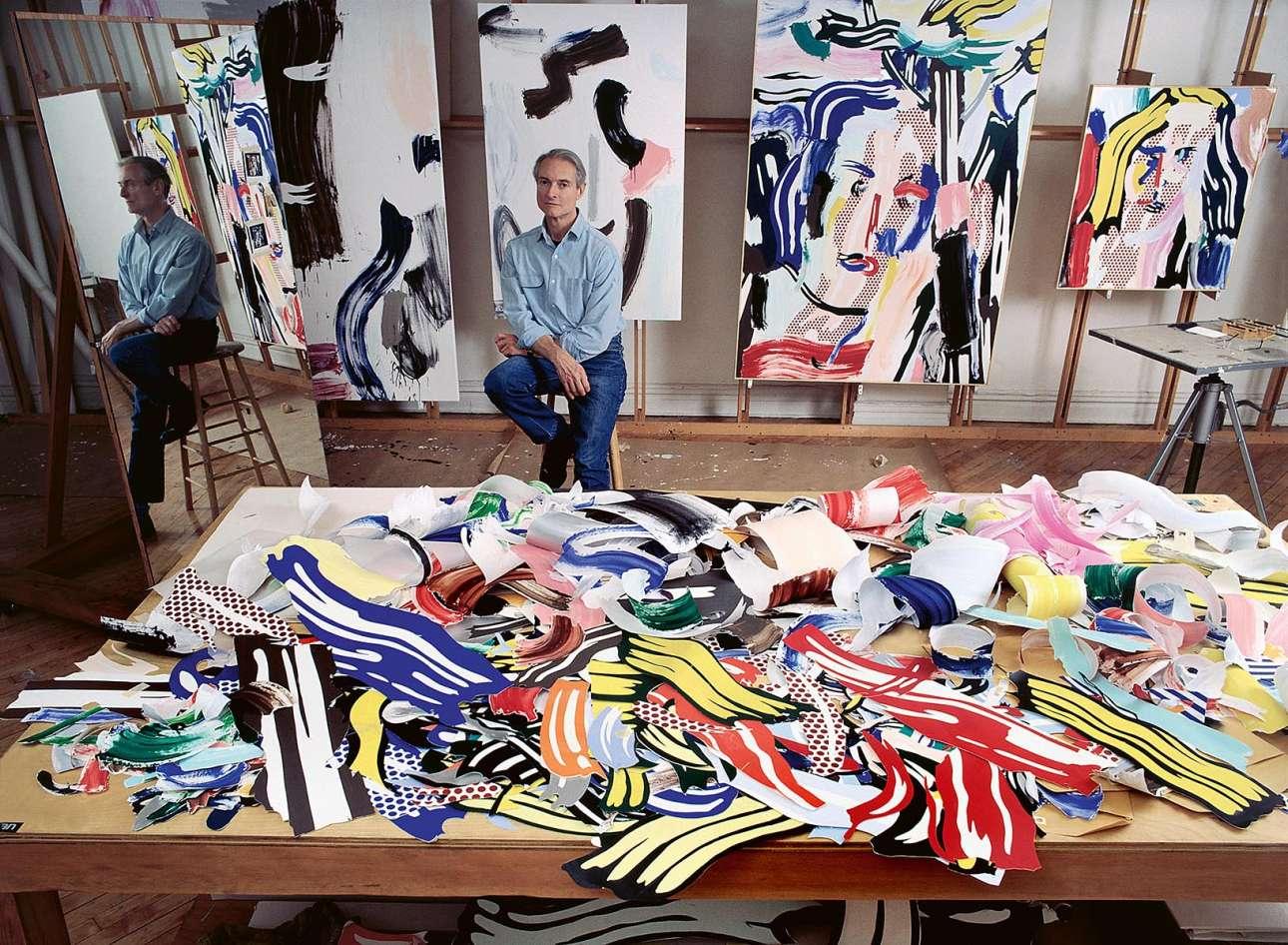 Ο αμερικανός καλλιτέχνης της Ποπ Αρτ Ρόι Λίχτενσταϊν ποζάρει ανάμεσα στα χαρακτηριστικά έργα του που θυμίζουν κόμικ, στο Μανχάταν το 1986