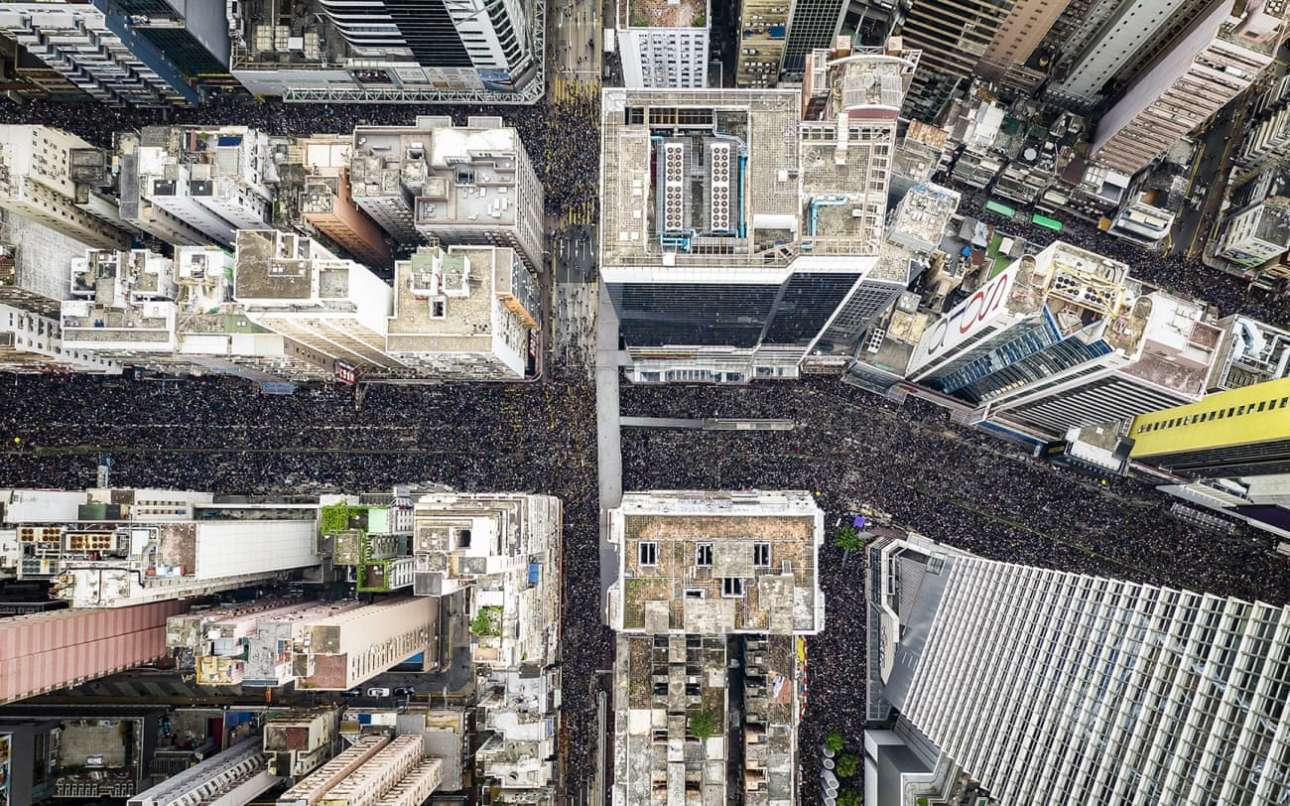«2,000,001»: Δύο εκατομμύρια πολίτες του Χονγκ Κονγκ πλημμύρισαν τους δρόμους στις 16 Ιουνίου του 2019, ζητώντας από την κυβέρνηση να αποσύρει ένα αμφιλεγόμενο νομοσχέδιο