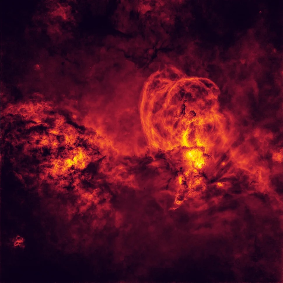 Κοσμική κόλαση. Το πρώτο βραβείο της κατηγορίας «Άστρα και Νεφελώματα» κέρδισε ο Αυστραλός Πίτερ Γουόρντ με μια πραγματικά απόκοσμη εικόνα του Σύμπαντος. Ο Γουόρντ κατέγραψε μια φωτογραφία του νεφελώματος NGC 3576 στην οποία δεν απεικονίζονται άστρα αλλά πυκνή σκοτεινή ύλη, ενώ κάποιες περιοχές μοιάζουν πυρακτωμένες, δημιουργώντας ένα σκηνικό που οδήγησε στον τίτλο «Κοσμική Κόλαση» για αυτή την εικόνα