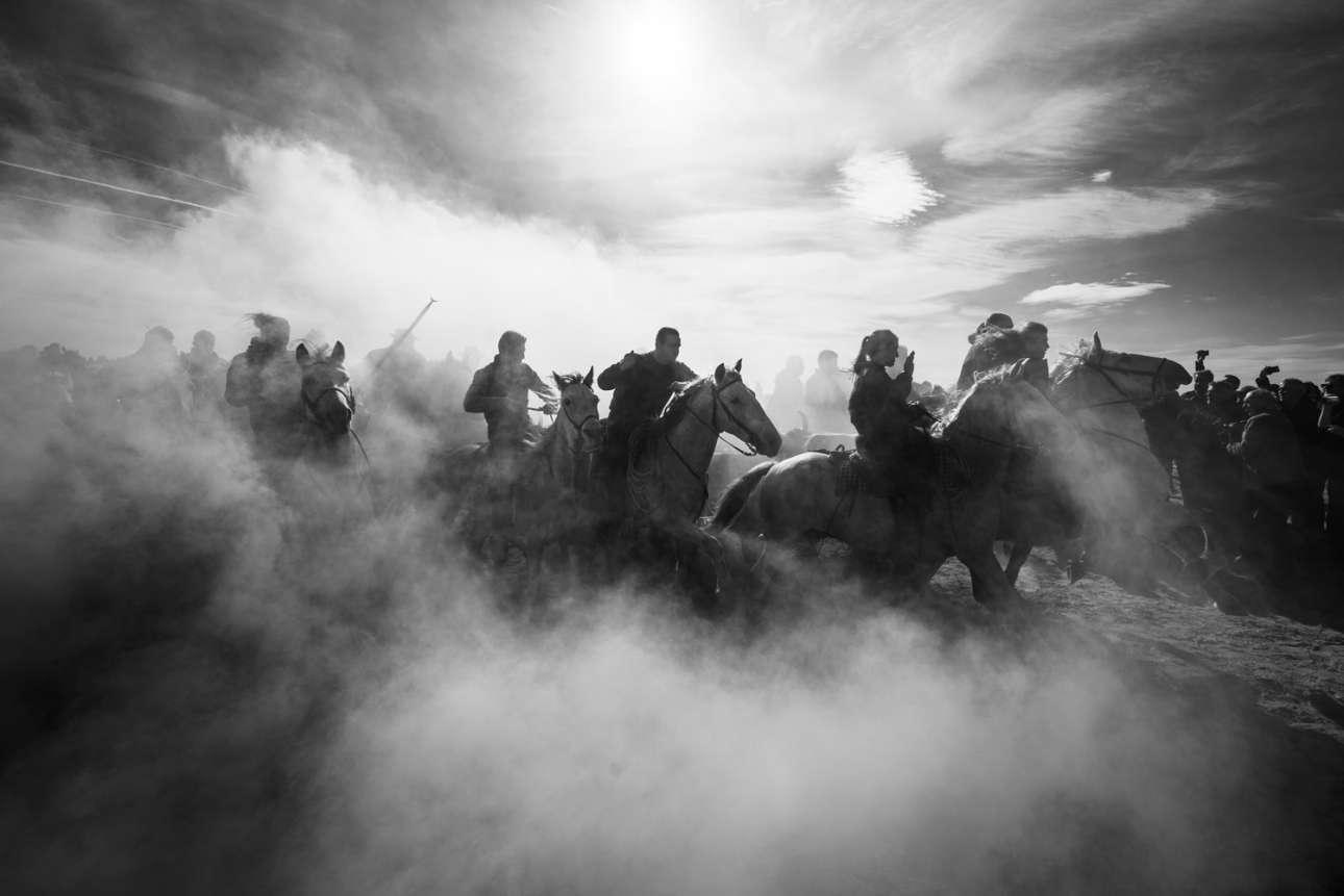 Κατηγορία «Συγκινήσεις και περιπέτειες». Περισσότεροι απο 2.000 καουμπόηδες παίρνουν μέρος στον αγώνα που γίνεται κάθε Νοέμβριο στην Καμάργκ της Γαλλίας, στο πλαίσιο του Φεστιβάλ Αμπριβάτο