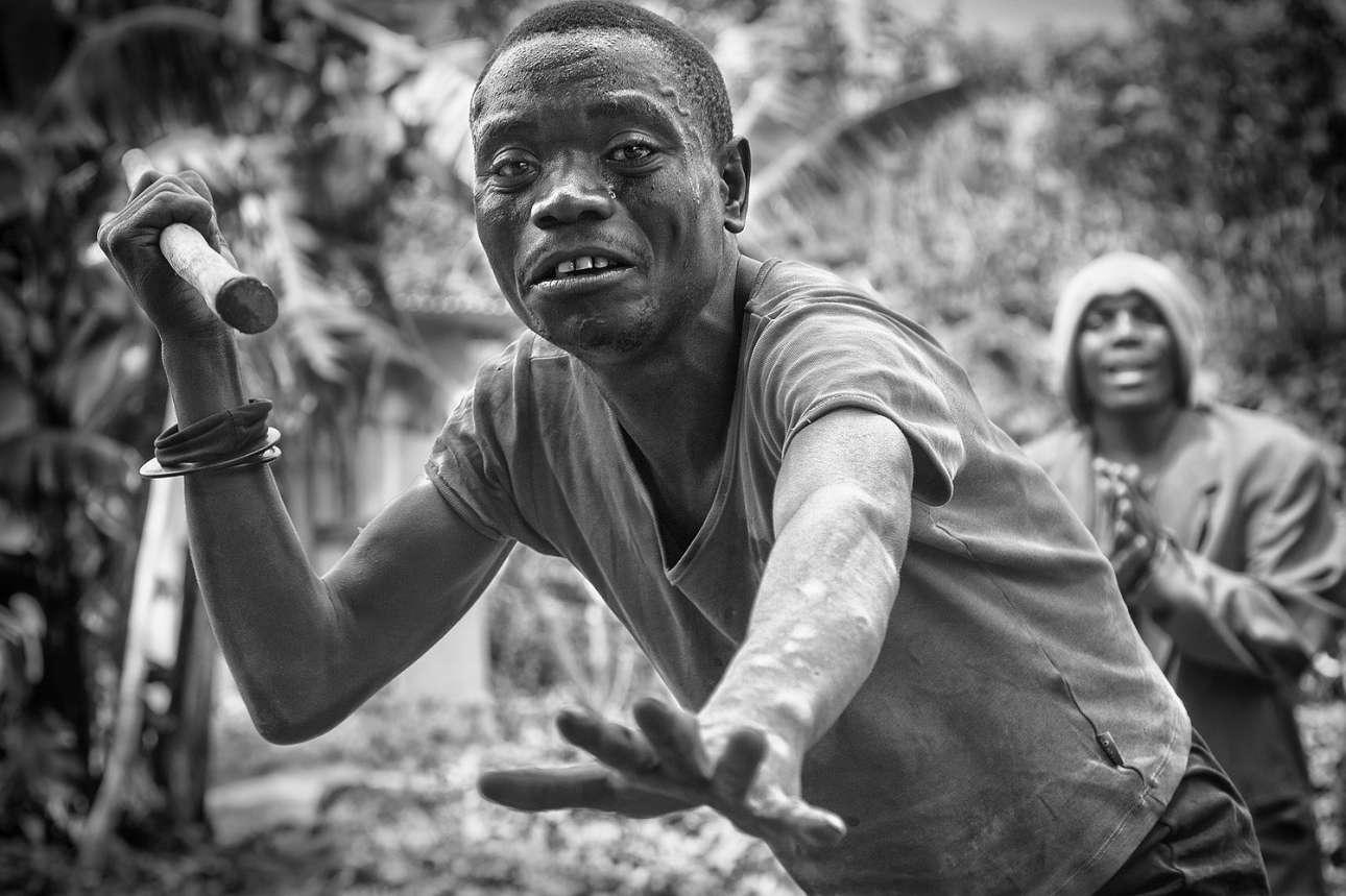 Η νικήτρια του διαγωνισμού, Κέιτι Γκόμεζ Καταλίνα, απαθανατίζει έναν τρομαγμένο άνδρα της φυλής Μπάτουα στη Λίμνη Μουτάντα στην Ουγκάντα. «Οι Μπάτουα έχουν εκδιωχθεί από τα αρχαία δασικά εδάφη τους και πλέον ζουν μέσα στη θλίψη σε ένα περιβάλλον που δεν κατανοούν» γράφει η ισπανίδα φωτογράφος