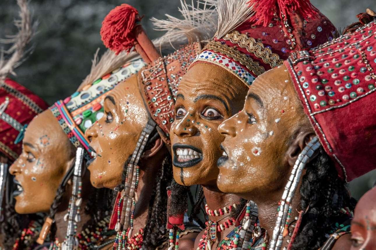 Κατηγορία «Η Τέχνη του Ταξιδιού». Μέλη της φυλής Γοντάμπε χορεύουν σαν αρσενικά παγώνια σε μία παραδοσιακή επίδειξη στο Τσαντ