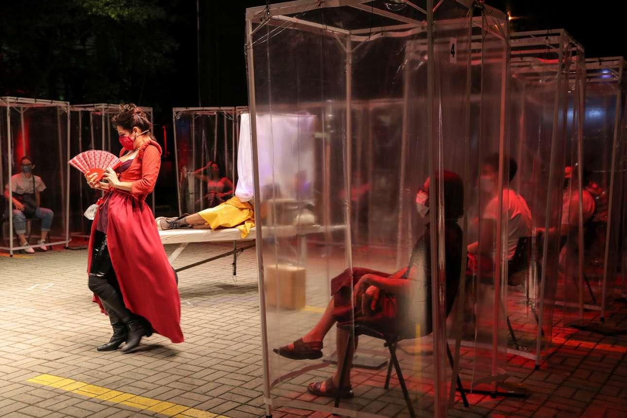 Σάο Πάολο. Οι θεατές της θεατρικής παράστασης βρίσκονται μέσα σε πλαστικές καμπίνες για τον φόβο του κορονοϊού