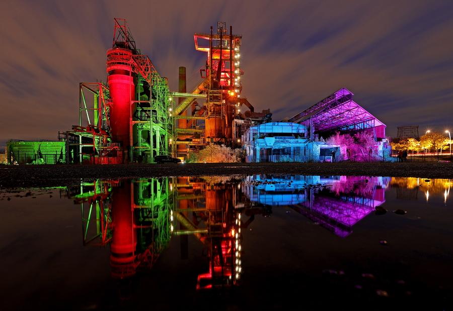 Πολύχρωμες αρτίστικες φωτοσυνθέσεις πάνω σε κτίρια και υψικαμίνους ενός πρώην εργοστασίου στο Ντόρτμουντ – συμβολίζουν, λέει, την ποικιλομορφία του πληθυσμού του Ρουρ
